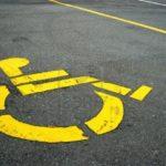 Occupare un posto auto riservato a persone con deficit motorio è un atto di inciviltà, ma anche un reato che comporta una sanzione