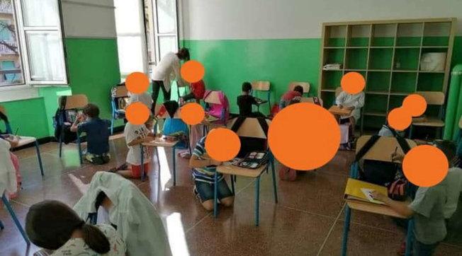 """Genova, bimbi senza banchi in ginocchio, il preside: """"Solo un gioco"""""""
